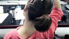 北市聯醫復健科醫師陳威達說,預防肩頸肌症候群,可做伸展操來放鬆肌肉。