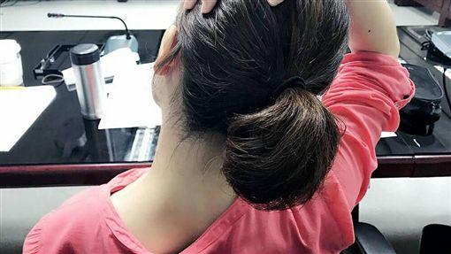 收治該患者的嘉義大林慈濟醫院神經內科醫師黃詠嵩表示,這名陳姓婦人因頭暈、肩頸酸痛等症狀,先後至急診、神經外科就醫,被檢查出有輕微的椎間盤突出,但後來症狀逐漸惡化