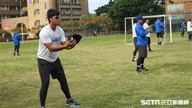 ▲富邦悍將高國麟在冬季重訓營傳接球練習。(圖/記者蕭保祥攝)