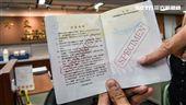 外交部坦承新版第二代晶片護照內頁圖片出包。 圖/記者林敬旻攝