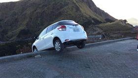 情侶開車衝合歡山賞日出,因尿急誤踩煞車,整台車衝破護欄驚險一瞬間。(圖/翻攝畫面)