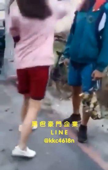國中男同學疑似向女同學示好遭圍毆。(圖/翻攝黑色豪門企業)