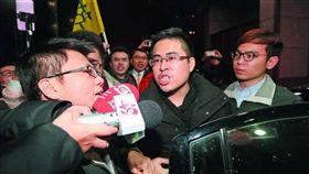 名家/新新聞/王炳忠(中)到北檢應訊時,要求檢方辦案不要有「政治考量」。攝影/柯承惠(勿用)