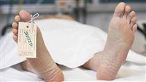 ▲陸醫院驚爆「發死人財」?沒給紅包遺體外面等。(圖/翻攝自nydailynews.com)