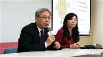 國健署長王英偉說明104年癌症登記報告大腸癌首度下降原因。(圖/記者楊晴雯攝)