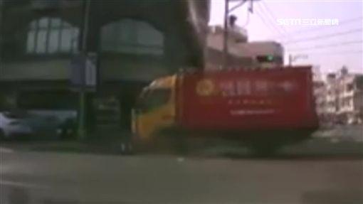 驚悚!貨車闖紅燈 騎士遭撞拖行鎖骨斷
