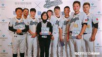 ▲Lamigo桃猿總教練與球員與熱心公益的球迷合影。(圖/記者林辰彥攝影)