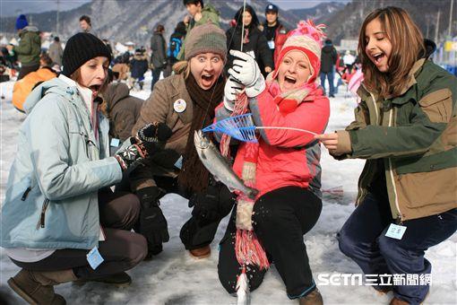 韓國冬季慶典,冰釣,徒手抓魚,平昌,江原道。(圖/韓國觀光公社提供)