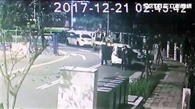 台北市北投區中正高中的蔣公銅像慘遭斬首,警方循線找回失竊的頭部,並將台灣建國工程隊長郭志剛送辦(翻攝畫面)