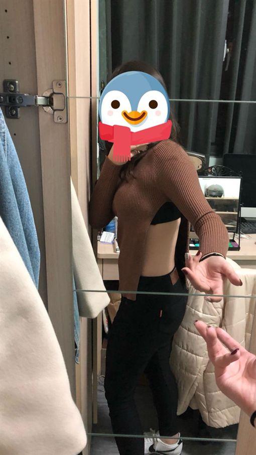 女網友在淘寶買緊身針織衣,側邊竟開高衩開到驚見內衣。(圖/翻攝Dcard)