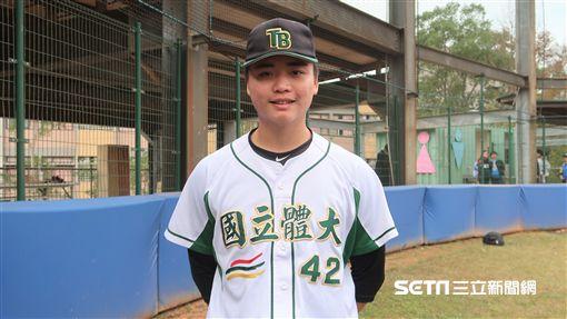 剛與雙城隊完成簽約的投手鄧愷威。(圖/記者王怡翔攝)