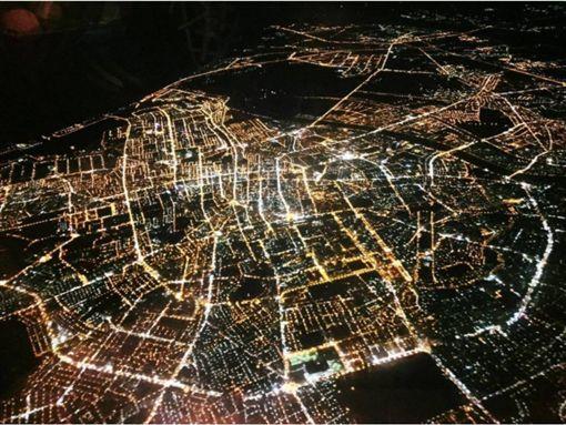 一張空拍夜景讓台南人笑了 秒回:地標超明顯!臉書「爆廢公社」
