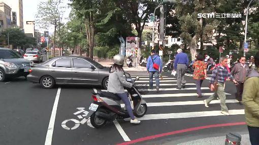 未讓行人警開單 駕駛想拿罰單起爭執