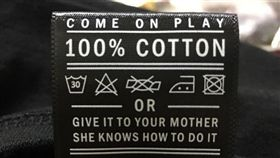 這衣服的洗滌標籤讓人笑翻。(圖/翻攝爆廢公社)