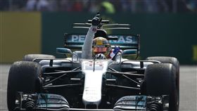 ▲Lewis Hamilton在墨西哥大獎賽後拿下生涯第4座世界冠軍,並舉手慶祝。(圖/美聯社/達志影像)