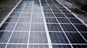 大陸首條太陽能高速路試驗段通車。(圖/翻攝中國公路學會養護與管理分會微博)