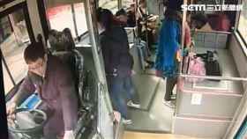 冬天一股暖流!洗腎阿伯公車上噴血…熱心乘客上前幫止血 翻攝畫面