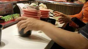 《靠北奧客》吃壽司挑料。(翻攝自《靠北奧客》臉書)