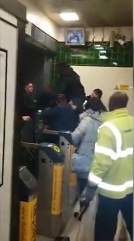 英國,黑人,Covent Garden,地鐵,驗票,買票,搭乘,生殖器,下體,陰莖,卡住,倫敦 (圖/翻攝自YouTube)