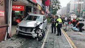台北市南京東路五段上的佳德鳳梨酥名店門口,今天下午2時55分驚傳重大車禍,一輛銀色賓士不慎失控衝撞騎樓,由於當時有不少民眾在排隊,閃避不及慘遭撞上,目前確認至少有8名傷者,警消獲報後趕抵現場,逐一將傷者送醫救治,警方也到場釐清肇事原因。(翻攝畫面)