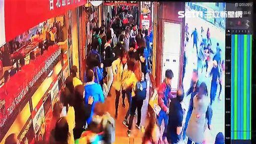 台北市南京東路五段上的佳德鳳梨酥糕餅店門口,今天下午3時許驚傳重大車禍,一輛銀色賓士休旅車失控撞上排隊人潮,造成5男4女共9人輕傷,店家監視器曝光令人咋舌(翻攝畫面)