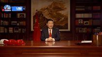 習近平2018新年賀詞(1)中國國家主席習近平31日發表2018新年賀詞。不同去年以站立方式致詞,這一次他又回到書桌前,桌上的紅色電話依然吸睛,書架上15張照片有9張是新的,其中一張是新一屆7名常委合照。(截自央視新聞)中央社  106年12月31日