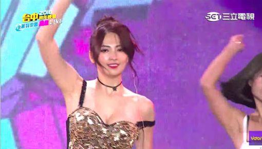 阿喜台中麗寶跨年晚會上勁歌熱舞,肩帶滑落快走光。