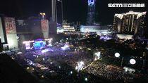 「2018臺北最High新年城」台北跨年演唱會,人潮將市政府周邊擠得水洩不通。圖/記者邱榮吉攝影