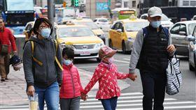北部早晚偏涼 注意保暖據中央氣象局預報,30日北部、東部易有雨,各地早晚涼,白天舒適,提醒外出民眾仍需注意保暖,傍晚台北街頭一家人戴著口罩、穿著保暖厚衣牽手同遊。中央社記者施宗暉攝 106年12月30日