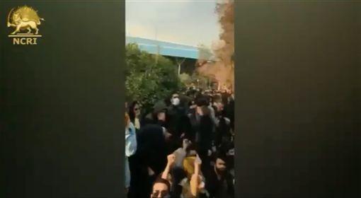 影/伊朗民眾抗爭反領導階層 逾200人遭「查水表」逮捕圖/翻攝自iran_policy Twitterhttps://twitter.com/iran_policy/status/947568116384632832