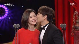 ▲池晟、李寶英公開放閃。(圖/翻攝自SBS YouTube)
