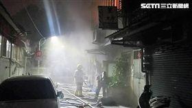 台北市延平北路五段1間公寓突然竄出火苗,警消獲報後迅速趕抵現場,除疏散公寓內的3男3女外,還救出剩餘的8男5女,其中5人因吸入過多濃煙,所幸送醫救治後均無大礙(翻攝畫面)