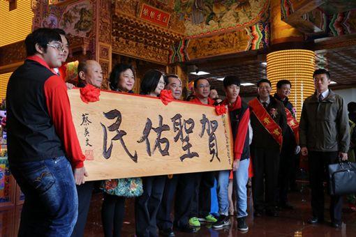 總統蔡英文出席新北市五股的「賀聖宮」揭牌儀式。(麗寶集團提供)