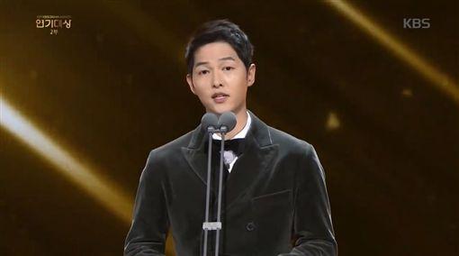 ▲宋仲基擔任KBS演技大賞頒獎人。(圖/翻攝自KBS官方臉書)