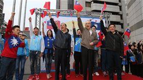 國民黨1日上午號召數百位熱情民眾一同參加「革新、團結、重返執政」元旦升旗活動。(圖/國民黨提供)