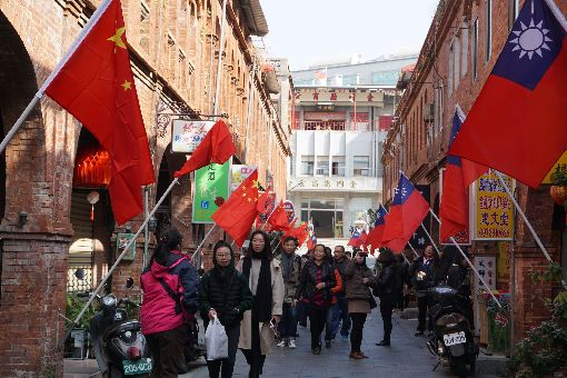兩岸旗幟金門飄揚 民眾觀感不一1日是中華民國107年元旦,金門模範街上青天白日滿地紅國旗和中國大陸五星旗同步飄揚,有民眾和遊客爭相拍照打卡,但也有人認為怪怪的。中央社記者黃慧敏攝 107年1月1日