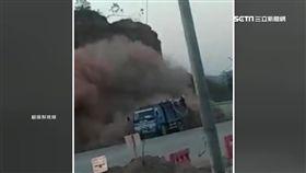 驚險瞬間! 陸卡車急閃崩落土石3傷