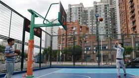 廣場舞,大媽,跳舞,公共空間,共享籃球場,場地,使用者付費 (圖/翻攝自中新網)