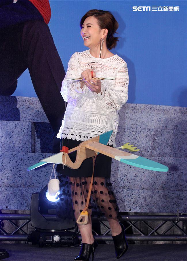 品冠新專輯「言外之意」發片,好友梁靜茹帶來一隻送子鳥祝福,兩人現場合唱一段歌曲。(記者邱榮吉/攝影)