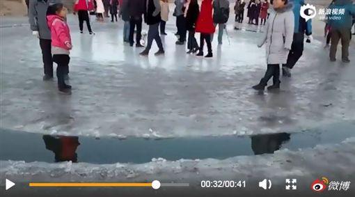 神秘,冰圈,中國大陸,自轉,外星人,飛碟(圖/翻攝自微博)http://video.sina.com.cn/p/news/s/doc/2018-01-02/095567739197.html