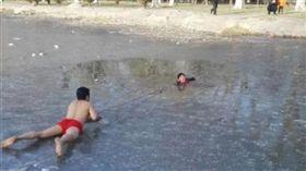中國大陸,薄冰,墜湖,冰湖,裸身,救援(圖/翻攝自央視微博)