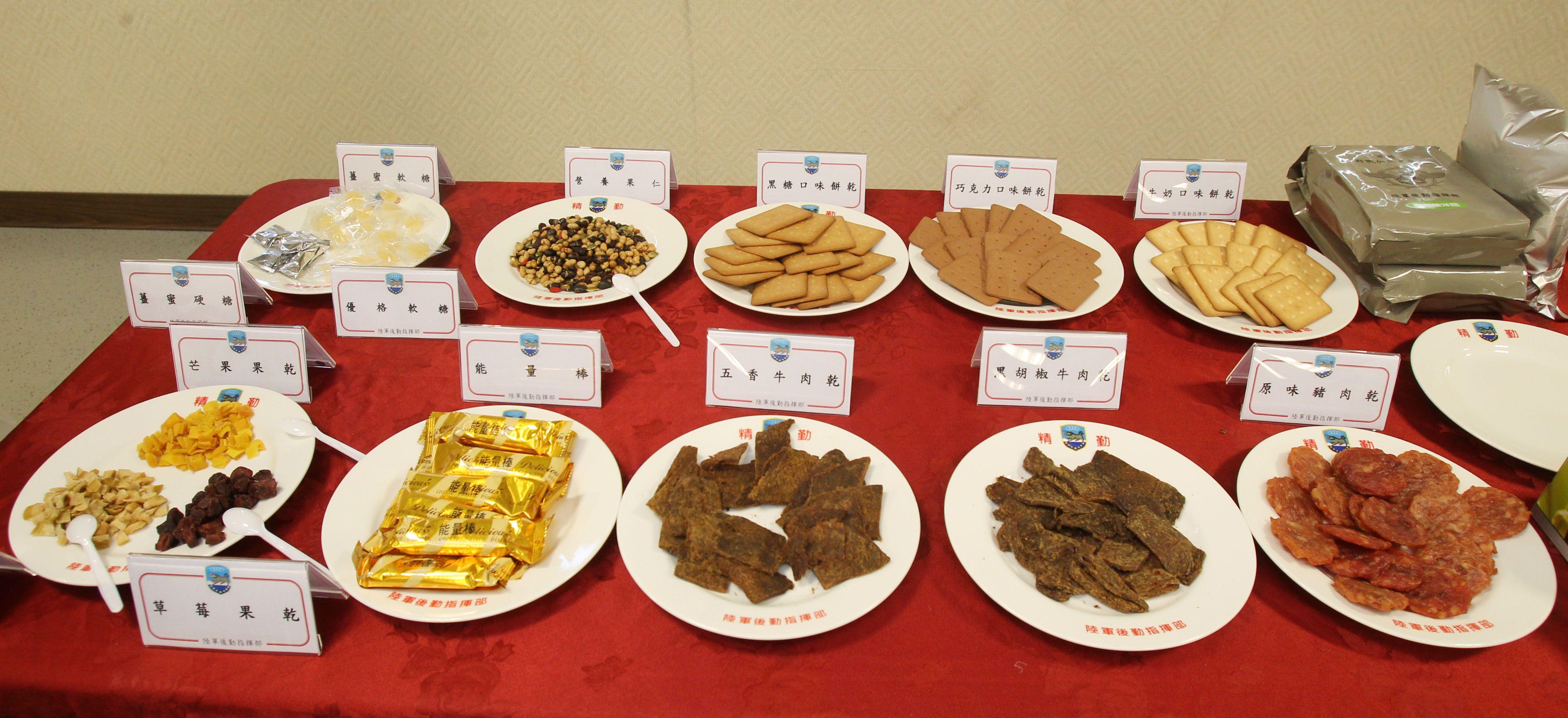 國軍新式野戰口糧及加熱式餐盒公開展示,口味選擇多樣性、提升食用飽足感。(記者邱榮吉/攝影)