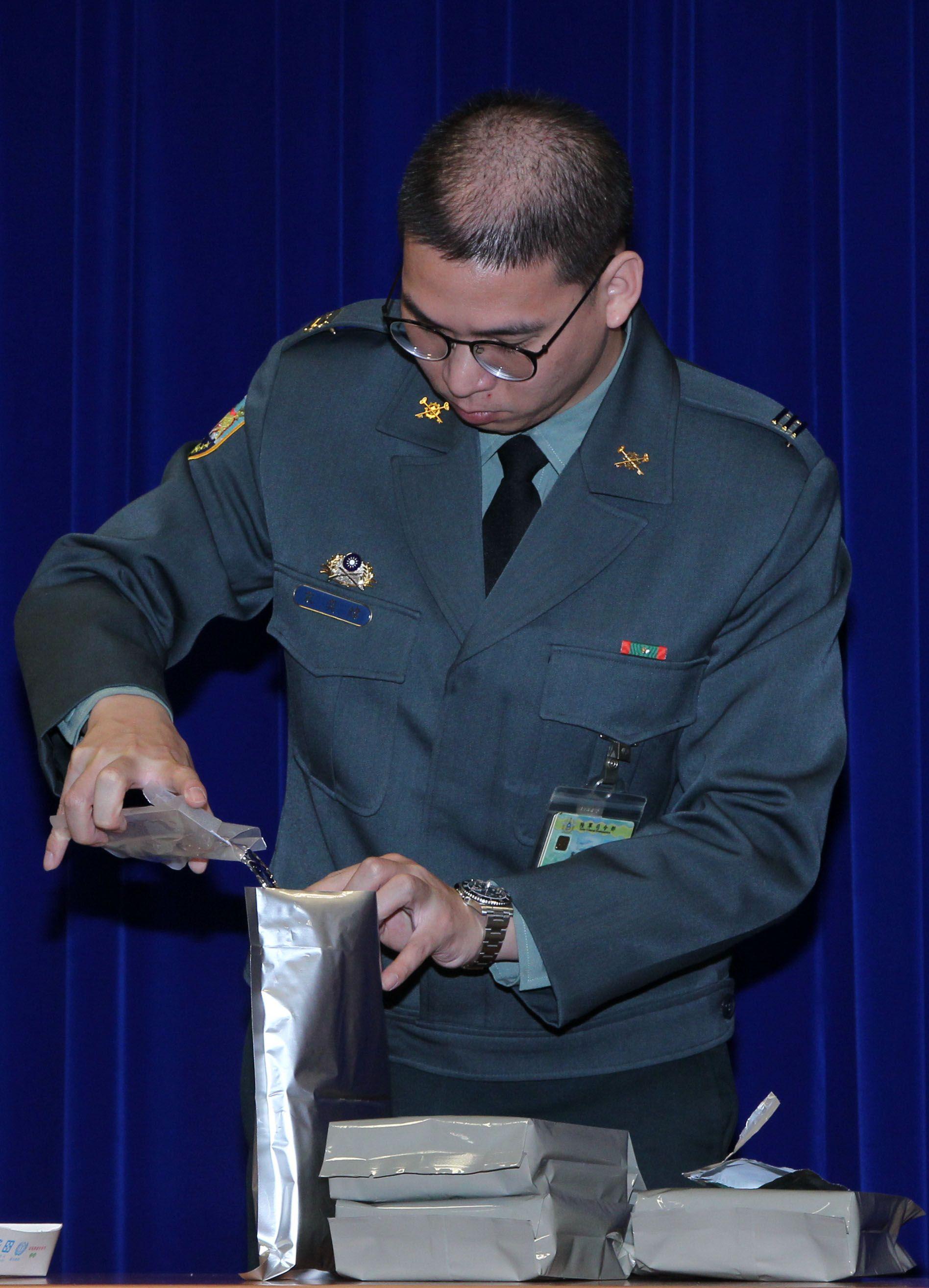 國軍加熱式餐盒公開展示,口味選擇多樣性、提升食用飽足感。(記者邱榮吉/攝影)