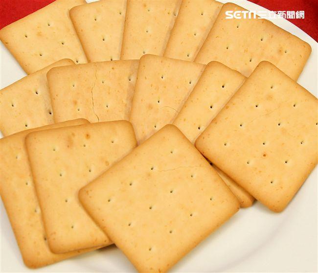 國軍新式野戰口糧牛奶口味餅乾。(記者邱榮吉/攝影)。(記者邱榮吉/攝影)