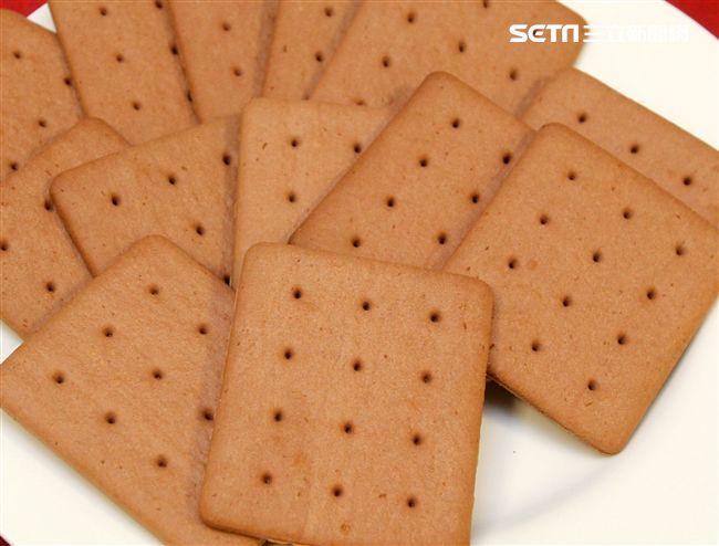 國軍新式野戰口糧巧克力口味餅乾。(記者邱榮吉/攝影)。(記者邱榮吉/攝影)