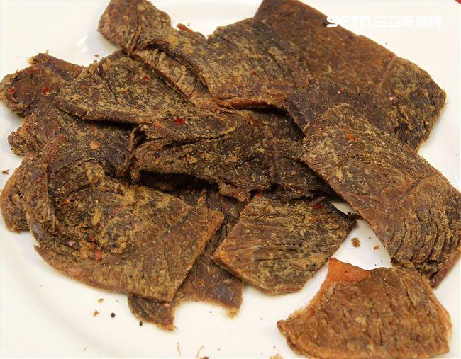 國軍新式野戰口糧黑胡椒牛肉乾。(記者邱榮吉/攝影)