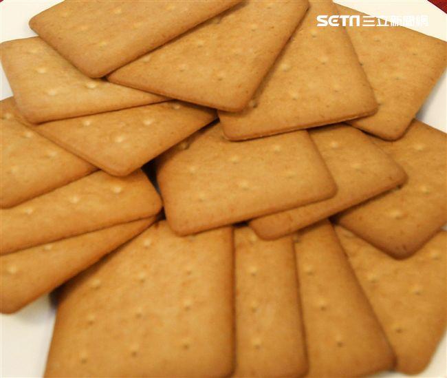 國軍新式野戰口糧黑糖口味餅乾。(記者邱榮吉/攝影)。(記者邱榮吉/攝影)