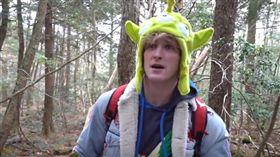 美國一名22歲知名搞笑網紅兼演員保羅(Logan Paul),前往日本「自殺森林」拍攝死者屍體上傳至YouTube,引起網友撻伐。對此,保羅在推特上道歉,並承諾會改過自新,而該段影片也因違規,目前已被下架。(圖/翻攝自YouTube《Jhb Memes》)