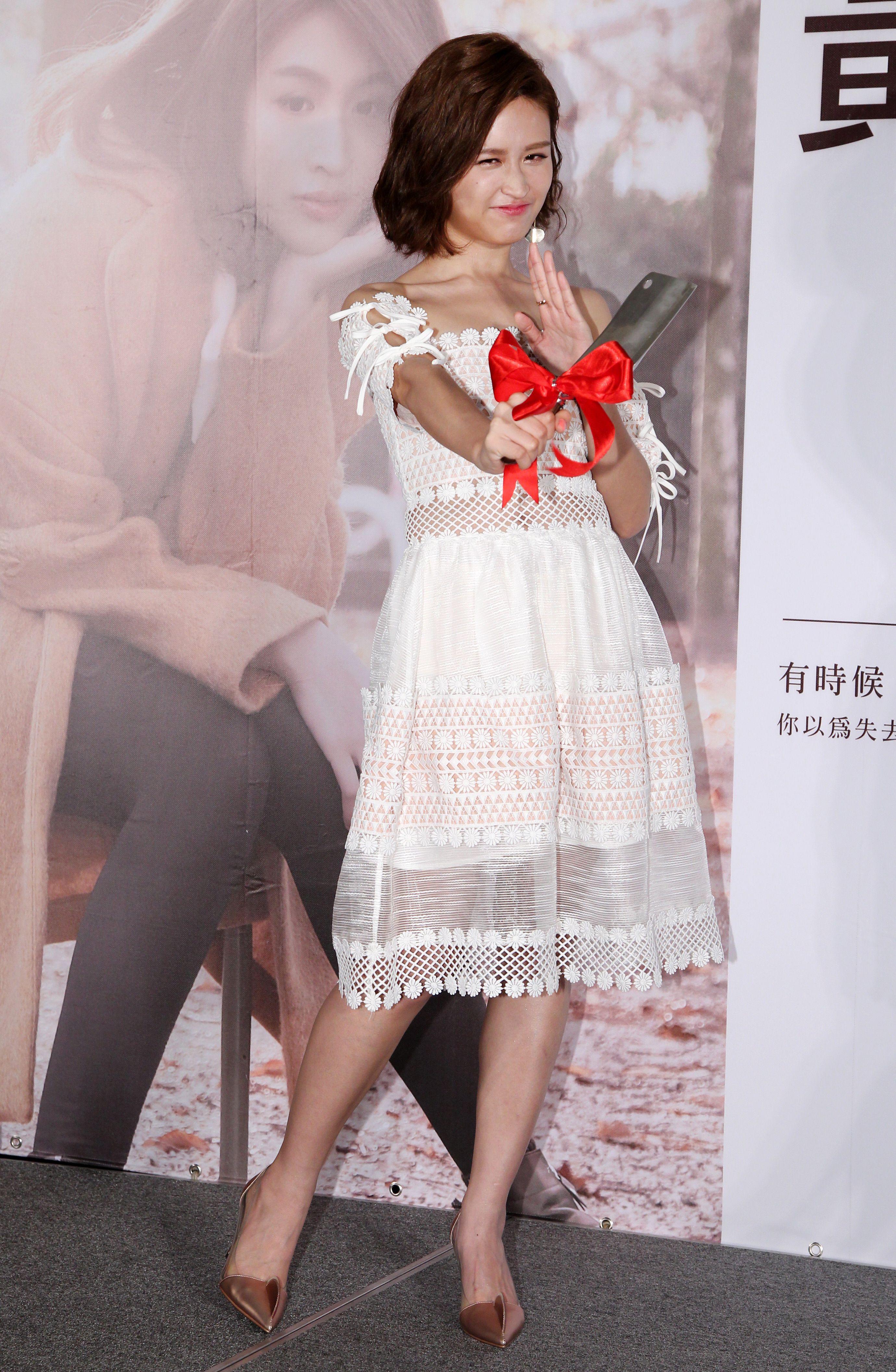 黃若熙迷你音樂專輯「獲得」發行,創作歌手黃明志送上一把菜刀,祝福她在歌壇上殺出一條光明路。(記者邱榮吉/攝影)