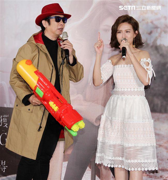 黃若熙迷你音樂專輯「獲得」發行,曹西平送上一支水槍,祝福她在歌壇上殺出一條光明路。(記者邱榮吉/攝影)